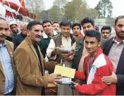 پشاور: انڈر 23 گیمز کے موقع پر ڈائریکٹر سپورٹس طارق محمد فاتح کھلاڑیوں ..