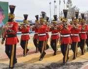 کوئٹہ: یوم پاکستان میلہ میں پاک فوج کا بینڈ مارچ پاسٹ کر رہا ہے۔