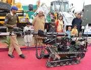 کوئٹہ: یوم پاکستان میلہ میں جدید مشینری عواجی کی توجہ کا مرکزی بنی رہی۔
