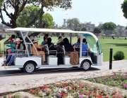 لاہور: شاہی قلعہ کی سیر کے لیے آئے شہری منی بس کی سیر سے لطف اندوز ہو ..