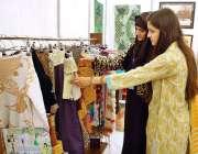 فیصل آباد : طالبات نیشنل یونیورسٹی فیصل آباد کے زیر اہتمام نمائشی سٹال ..