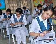 حیدر آباد: ایس ایس سی پارٹ ون کے سالانہ امتحانات کے دوران طالبات پرچہ ..