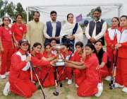 پشار: ہری پور کی فاتحہ ٹیم کا ڈائریکٹر سپورٹس رشیدہ غزنوی کے ہمراہ گروپ ..