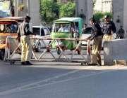 راولپنڈی: پولیس اہلکار کمیٹی چوک میں سیکیورٹی بیریئر رکھ رہے ہیں۔