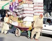 راولپنڈی: محنت کش ریڑھی پر سامان لادے مری روڈ سے گزر رہا ہے۔