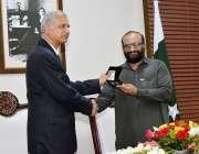کراچی: گورنر اسٹیٹ بینک اشرف محمود تھرا عبدالستار ایدھی مرحوم کے بیٹے ..