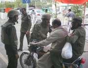 لاہور: پولیس اہلکار نیا یونیفارم زیب تن کر کے پولیس لائنز قلعہ گجرسنگھ ..