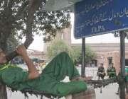 لاہور: ریلوے اسٹیشن پر ایک قلی آرام کر رہا ہے۔