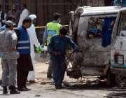 لاہور: سیکیورٹی اداروں کے اہلکار بیدیاں روڈ پر خود کش دھماکے سے متاثرہ ..