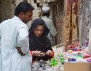 کوئٹہ: لیاقت بازار میں ایک خاتون ریڑھی بان سے خریداری کر رہی ہے۔
