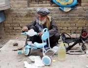 کوئٹہ: قندھاری بازار میں ایک شخص بچوں کے سائیکل کی مرمت میں مصروف ہے۔