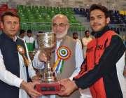 پشاور: چیئرمین بورڈ پروفیسر ڈاکٹر فضل الرحمن انٹر بورڈ کے فاتح کھلاڑی ..