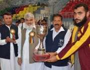 پشاور: انٹر بورڈ بوائز مقابلوں کے فاتح ٹیم ٹرافی وصول کر رہی ہے۔