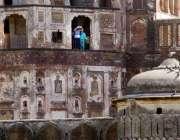 لاہور: شاہی قلعے کی سیروتفریح کے لیے آئے شہری بالکونی سے باہر کا نظارہ ..