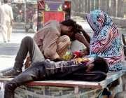 لاہور: گدھا ریڑھی پر بیٹھی خانہ بدوش خاتون اپنے شوہر کے سر سے جوئیں ..