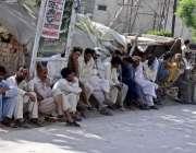 راولپنڈی: مریڑ حسن ریلوے ٹریک کے پاس مزدور روزگار کے انتظار میں بیٹھے ..