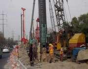 لاہور: مزدور چوبچہ انڈر پاس کے تعمیراتی کام میں مصروف ہیں۔