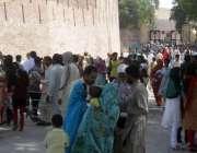 لاہور: شاہی قلعہ میں سیرو تفریح کے لیے آنے والے شہریوں کا رش۔
