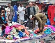 راولپنڈی: نمک منڈی کے قریب لگے سٹال سے شہری کپڑے پسند کر رہے ہیں۔