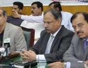 لاہور: وفاقی وزیر ریلوے خواجہ سعد رفیق ریلوے ہیڈ کوارٹر میں میڈیا سے ..