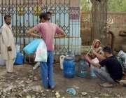حیدر آباد: شہر میں پینے کے پانی کی قلت کے باعث لوگ ایک فلٹر پلانٹ سے ..