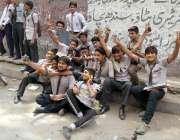 حیدر آباد: دسویں جماعت کے امتحانات کے اختتام پر طالبعلم اپنے چہرروں ..