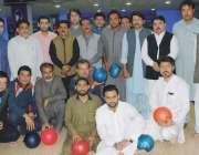 پشاور: انٹر میڈیاٹن پن باؤلنگ چمپئن شپ کے افتتاح کے موقع پر صحافیوں ..