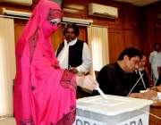 کوئٹہ: بار ایسوسی ایشن کے انتخابات میں ایک خاتون اپنا ووٹ کاسٹ کر رہی ..