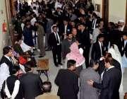 کوئٹہ: بلوچستان بار ایسوسی ایشن کے انتخابات میں ووٹرز اپنے ووٹ کاسٹ ..