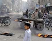 حیدر آباد: گرونگر کے رہائشی حیسکو کیخلاف روڈ بلاک کر کے احتجاج کر رہے ..
