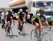 حیدر آباد: ٹورڈی سندھ سائیکل ریس کے شرکاء حیدر آباد بائی پاس سے گزر ..