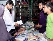 حیدر آباد: اسلامی جمعیت طلبہ کے تحت کتب میلے میں ایک فیملی کتب دیکھ ..