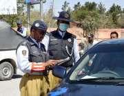 کوئٹہ: کمرشل 2D کار سروس کے خلاف کاروائی کے دوران ٹریفک اہلکار گاڑی کے ..