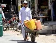 کوئٹہ: پانی کی قلت میں اضافہ کے باعث ایک شہری ہتھ ریڑھی ر گیلن رکھے پانی ..