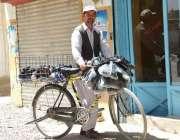 کوئٹہ: ایک محنت کش سائیکل پر جوتے فروخت کر رہا ہے۔