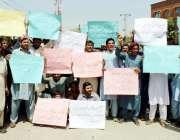 پشاور: بھانہ ماڑی کے رہائشی اپنے مطالبات کے حق میں احتجاجی مظاہرہ کر ..