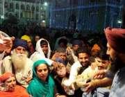 راولپنڈی: حسن ابدال گوردوارہ پنجہ صاحب میں آئے سکھ یاتری اپنے مذہبی ..