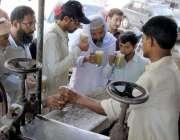 حیدر آباد: شہری گرمی کی شدت کم کرنے کے لیے گنے کا رس پی رہے ہیں۔