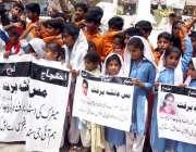 حیدر آباد: سکول کے بچے جامشورو کی رہائشی میٹرک کی طالبہ عائشہ برفت سے ..