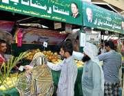 سیالکوٹ: شہری سستے رمضان بازار سے پھل فروٹ خریدنے میں مصروف ہیں۔