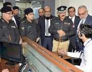 کراچی: آئی جی سندھ اے ڈی خواجہ تقریب میں شریک سابقہ آئی جیز کو فارنر ..