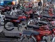 راولپنڈی: سرکلر روڈ پر دکانداروں نے موٹر سائیکل روڈ پر کھڑے کر رکھے ..