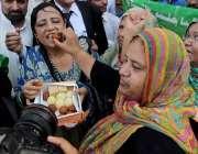 کراچی: کراچی پریس کلب کے سامنے مسلم لیگ (ن) کے کارکنان خوشی کے موقع پر ..
