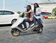 لاہور: لڑکیاں سکوٹی پر مال روڈ سے گزر رہی ہیں۔