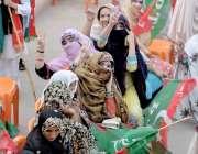 کوئٹہ: پاکستان تحریک انصاف کے جلسہ میں شرکت کے لیے آنیوالی خواتین وکٹری ..