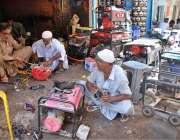 حیدر آباد: مکینک اپنی ورکشاپ میں جنریٹر مرمت کرنے میں مصروف ہیں۔