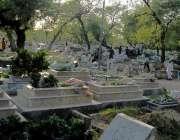 راولپنڈی: مون سون کی شدید بارشوں میں پیر ودھائی قبرستان میں شہری اپنے ..