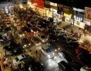 راولپنڈی: صدر بازار میں عید کی خریداری کے لیے آنے والوں کا رش۔