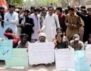 حیدر آباد: ٹنڈو جان کے رہائشی مطالبات کے سلسلے میں احتجاج کررہے ہیں۔