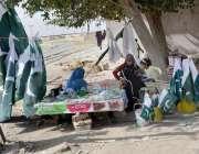 کوئٹہ: ایک خاتون اپنے بچوں کا پیٹ پالنے کے لیے کوئلہ پھاٹک کے قریب یوم ..
